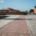 Przykład podłogi urbanistycznej - posadzka Placu Zamkowego z widoczną linią murów obronnych