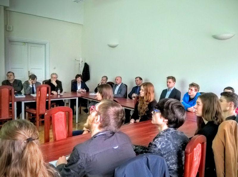 Członkowie KNGP oraz komisja w trakcie prezentacji